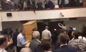 sulmet ne parlament