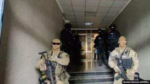 Pjesëtarë të EULEX-it në zyrat e OVL të UÇK-së.