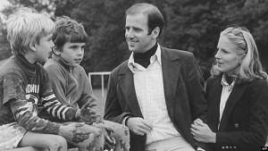 Joe Biden me djemtë Hunter dhe Beau dhe gruan e dytë Jill.