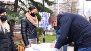 Kryetari i partisë VMRO-DPMNE Hristijan Mickoski, duke nënshkruar peticionin kundër regjistrimit të popullsisë.